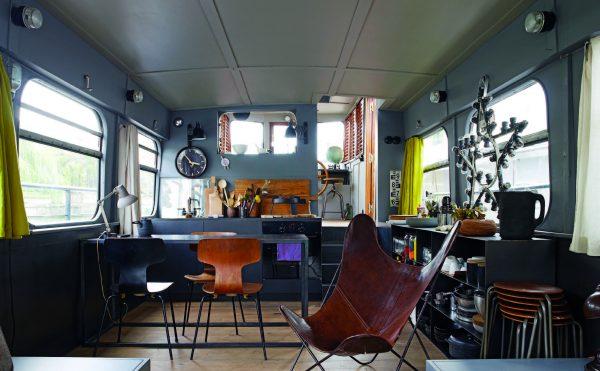 Wohnraum des Hausboots auf der Seine - Die wohnbuchbüro-Rezension des Buchs »Rock the Boat«, herausgegeben von Gestalten: Verlag, 2017.